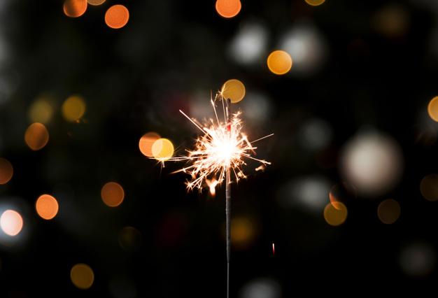 luz-espumosa-bengala-fiesta-ano-nuevo_23-2147981633.jpg